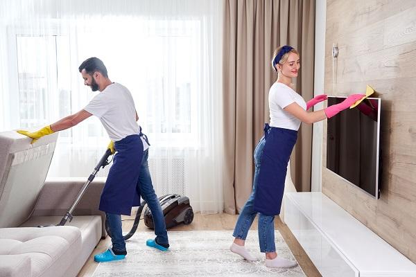 Professionisti puliscono un appartamento